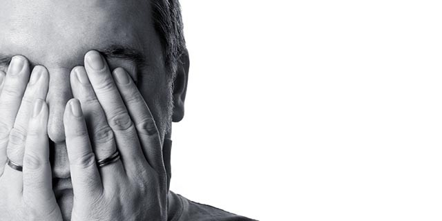 Hombre tapando su cara con las dos manos | Post sobre comunicacion no verbal | Centro de Mediacion MediaSi